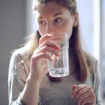 Frau trinkt ein Glas aufbereitetes Wasser